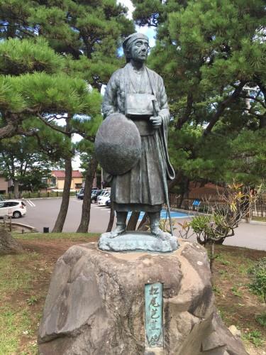 松尾芭蕉の句碑が海を望んでいます