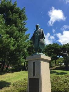 西回り航路、東回り航路を開発した川村瑞賢の立像が海を見守っている